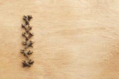 Línea de clavos en una tabla de madera Copie el espacio fotos de archivo libres de regalías
