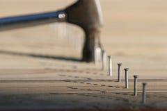 Línea de clavos y de martillo Imágenes de archivo libres de regalías