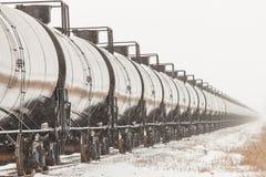 Línea de coches del tanque ferroviarios en invierno fotografía de archivo