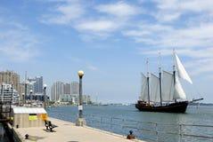 Línea de costa con el barco de vela imágenes de archivo libres de regalías