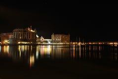 Línea de costa de Caudan en la noche fotografía de archivo