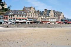Línea de costa de la ciudad Cancale en el día de verano, Francia Foto de archivo libre de regalías