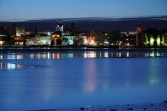 Línea de costa de la ciudad en la tarde fría del invierno Imagen de archivo libre de regalías