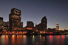 Línea de costa de San Francisco Embarcadero en la noche Fotografía de archivo