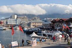 Línea de costa y montaña del vector Foto de archivo libre de regalías