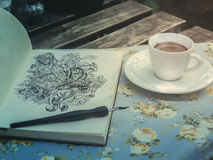 Línea de dibujo arte del garabato por la tinta negra en el papel con café Imagen de archivo