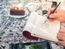 Línea de dibujo arte del garabato por la tinta negra en el papel con café y el Ca Fotos de archivo libres de regalías