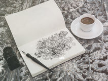 Línea de dibujo arte del garabato por la tinta negra en el papel con una taza de coff Imagen de archivo