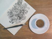Línea de dibujo arte del garabato por la tinta negra en el papel con una taza de coff Fotos de archivo libres de regalías