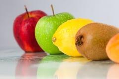 Línea de diversas frutas Imagen de archivo libre de regalías