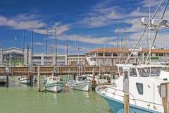 Línea de diversos yates brillantes en San Francisco Marina Pier Fotos de archivo