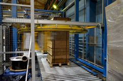 Línea de embalaje automática de la plataforma para la producción de cartón corrugado foto de archivo libre de regalías