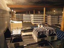 Línea de envasado del almacén de la cervecería Fotos de archivo libres de regalías
