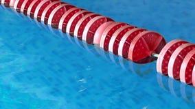 Línea de flotación roja en piscina almacen de metraje de vídeo
