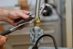 línea de gas partida del gas natural para proveer de gas el worktop cerca del avellanador imagenes de archivo