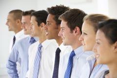 Línea de hombres de negocios felices y positivos Fotografía de archivo libre de regalías