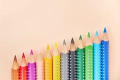 Línea de lápices coloreados, fondo con el espacio de la copia imagen de archivo