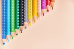 Línea de lápices coloreados, fondo con el espacio de la copia para su diseño fotografía de archivo