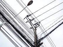 Línea de la calle y luz de calle eléctricas Imágenes de archivo libres de regalías