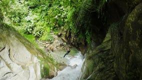 Línea de la cremallera sobre la cascada en la expedición del descenso de cañones del parque nacional de Llanganates almacen de video