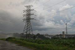 Línea de la distribución de la subestación de la electricidad del pilón fotos de archivo