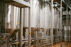 Línea de la fabricación de la cerveza Equipo para el embotellamiento efectuado de la producción de los productos alimenticios Fin Fotografía de archivo