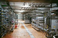 Línea de la fabricación de la cerveza Equipo para el embotellamiento efectuado de la producción de los productos alimenticios Fin Imagen de archivo libre de regalías