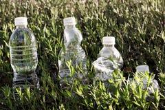 Línea de la hierba de la botella de agua Imagen de archivo