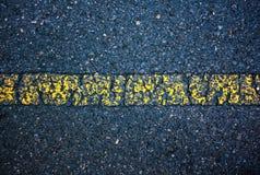 Línea de la marca del amarillo del camino de la textura del asfalto vieja outdoor Fotografía de archivo libre de regalías