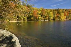 Línea de la playa colorida de Russell Pond en otoño, New Hampshire Fotos de archivo libres de regalías