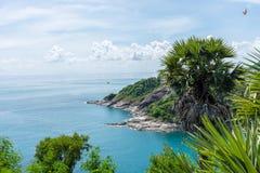 Línea de la playa con el mar y cielo brillante en el punto Phuket, Tailandia de opinión de Laem Phromthep Fotografía de archivo libre de regalías