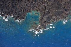 Línea de la playa con las rocas de la lava. Fotos de archivo libres de regalías