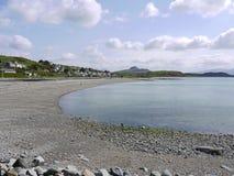 Línea de la playa con Pebble Beach Fotografía de archivo libre de regalías