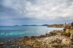 Línea de la playa de Alghero debajo de un cielo cubierto Fotografía de archivo libre de regalías