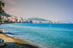 Línea de la playa de la isla con el mar y el cielo azules Foto de archivo