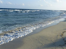 Línea de la playa de la playa del centro turístico Fotografía de archivo