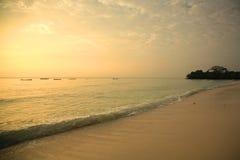 Línea de la playa de Mombasa en la salida del sol Fotos de archivo libres de regalías