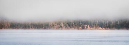 línea de la playa debajo de la niebla en el horizonte, subiendo del río de Ottawa Foto de archivo