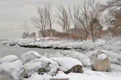 Línea de la playa definida hielo del lago Imagen de archivo libre de regalías