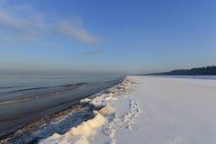 Línea de la playa del invierno del mar Báltico con nieve e hielo Fotos de archivo libres de regalías