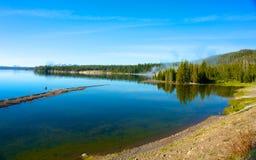 Línea de la playa del lago Yellowstone Foto de archivo libre de regalías