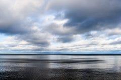 Línea de la playa de la playa del mar Báltico con las rocas y las dunas de arena Imágenes de archivo libres de regalías