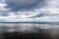 Línea de la playa de la playa del mar Báltico con las rocas y las dunas de arena Foto de archivo
