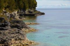 Línea de la playa de la dolomía del parque del punto de la cueva, el condado de Door Fotos de archivo libres de regalías