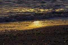 Línea de la playa en el amanecer Imágenes de archivo libres de regalías