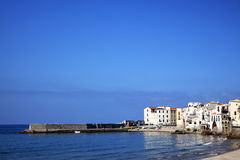 Línea de la playa en la playa de Cefalu, Italia Fotos de archivo