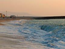 Línea de la playa en la puesta del sol Imagenes de archivo