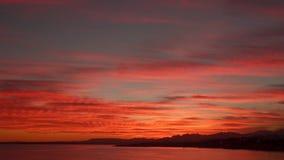 Línea de la playa en la puesta del sol metrajes