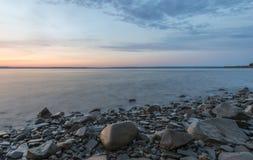 Línea de la playa en la salida del sol Fotografía de archivo libre de regalías