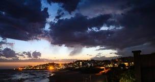 Línea de la playa en la oscuridad Foto de archivo libre de regalías